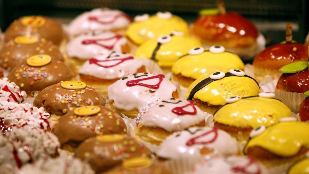 Las donas coloridas del carnaval se ven en una panadería en el aeropuerto internacional en Munich, Alemania
