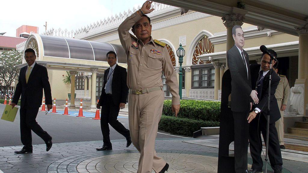 El primer ministro de Tailandia, Prayuth Chan-ocha, habla con los reporteros junto a un recorte de cartón de él mismo en la casa del gobierno en Bangkok, Tailandia