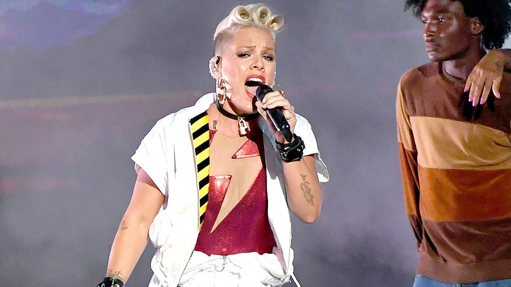 La cantante Pink, durante su actuación en los MTV Video Music Awards 2017.