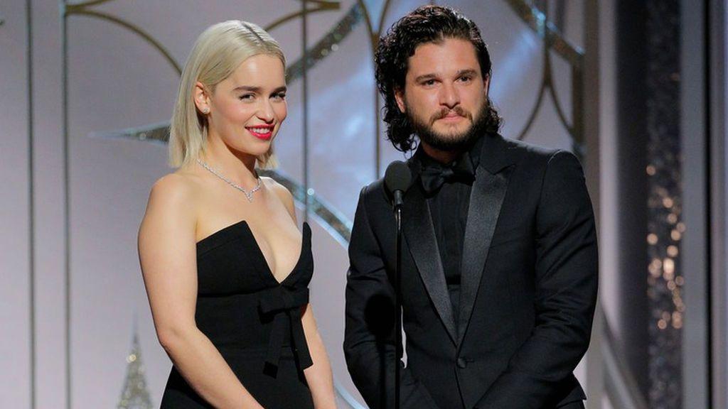 Emilia Clarke y Kit Harington, que dan vida a Daenerys Targaryen y Jon Nieve en 'Juego de tronos', en la gala de los Globos de Oro 2018.