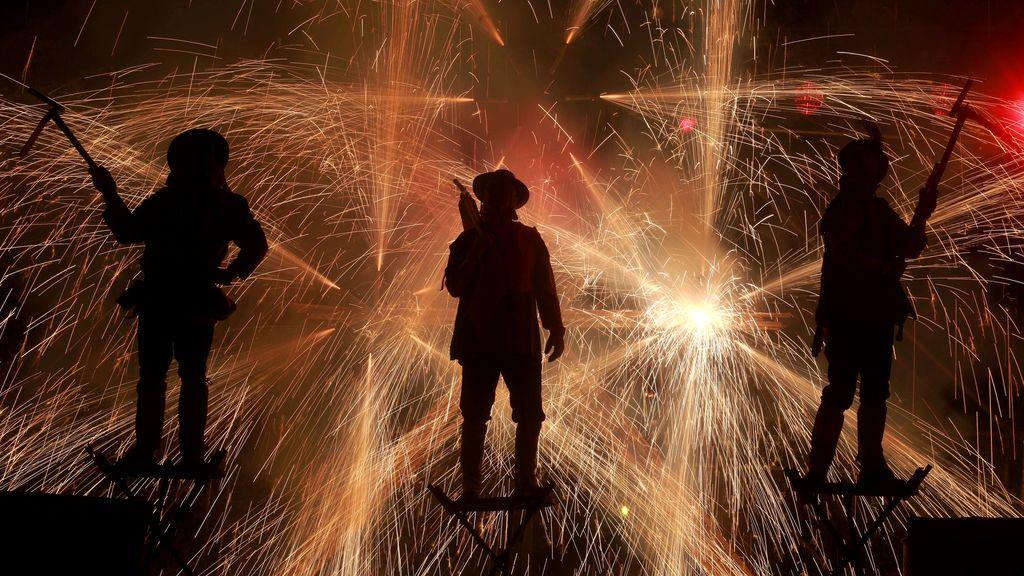 """Miembros de la compañía teatral Xarxa interpretan """"Fahrenheit Ara Pacis"""" durante el Festival Internacional de Teatro Santiago a Mil en Santiago, Chile"""