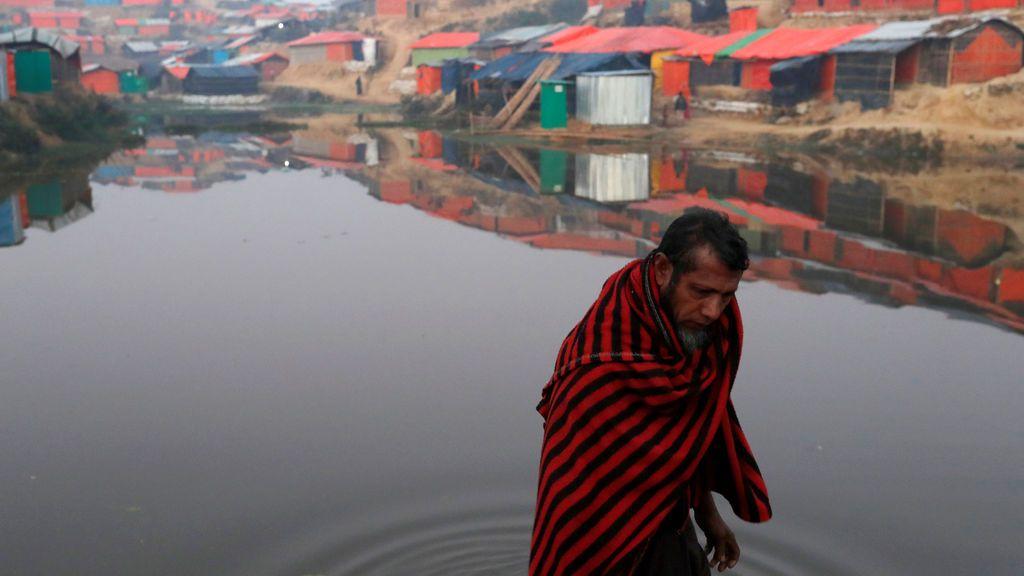 Un refugiado rohingya camina al lado de un estanque a primera hora de la mañana en el campo de refugiados de Balukhali cerca de Cox's Bazar, Bangladesh