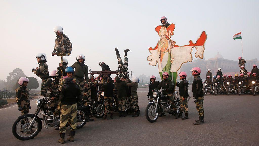 """Las soldados de la India en motocicleta """"Border Security Force (BSF)"""" Daredevils """" ensayan para el desfile del Día de la República en una fría mañana de invierno en Nueva Delhi, India"""