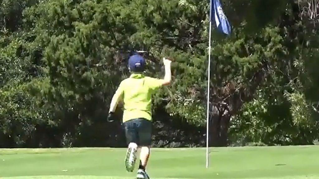 Con solo cinco años, mete la pelota en el hoyo con un increíble golpe pero no se da cuenta por su baja estatura