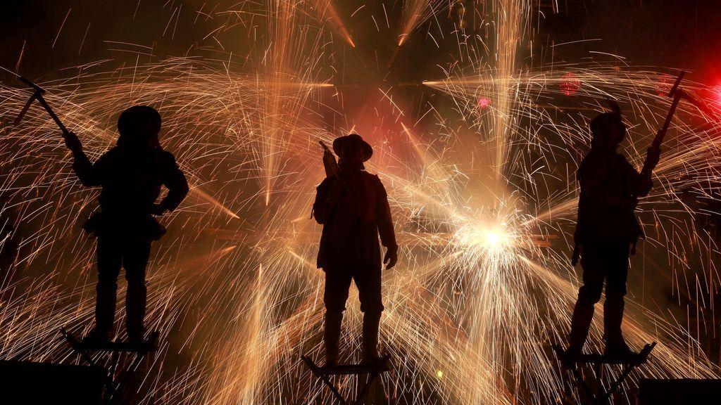 """Los miembros de la compañía de teatro Xarxa interpreta """"Fahrenheit Ara Pacis"""" durante el Festival Internacional de Teatro Santiago, en Chile"""