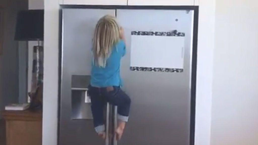¡La espectacular escalada del hijo de Elsa Pataky y Chris Hemsworth para llegar al armario del chocolate!