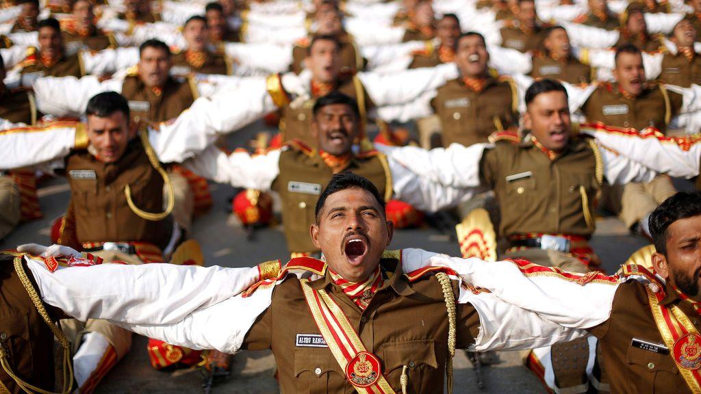 Soldados indios participan en una sesión de yoga durante su ensayo para el desfile del Día de la República en una mañana de invierno en Nueva Delhi, India