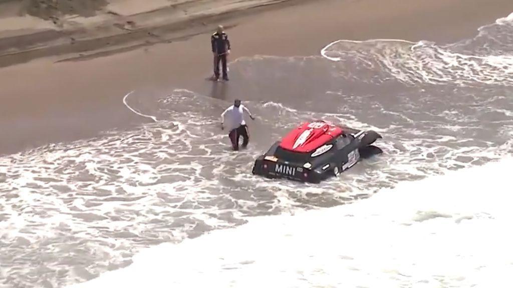 Una ola engulle el coche de Yazeed Al Rajhi en la etapa del Dakar