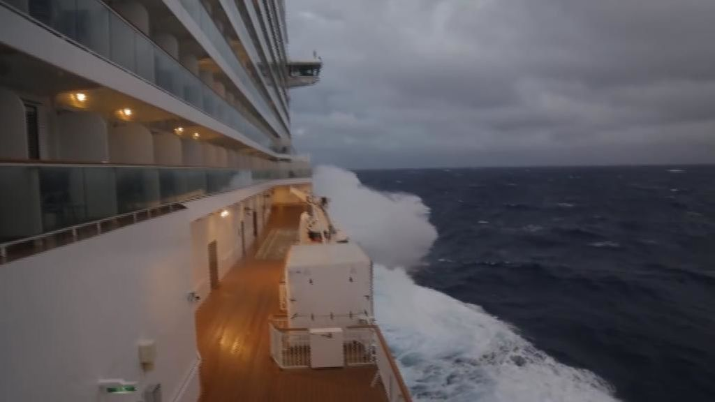 4.000 cruceristas sufren la 'bomba ciclónica' en alta mar
