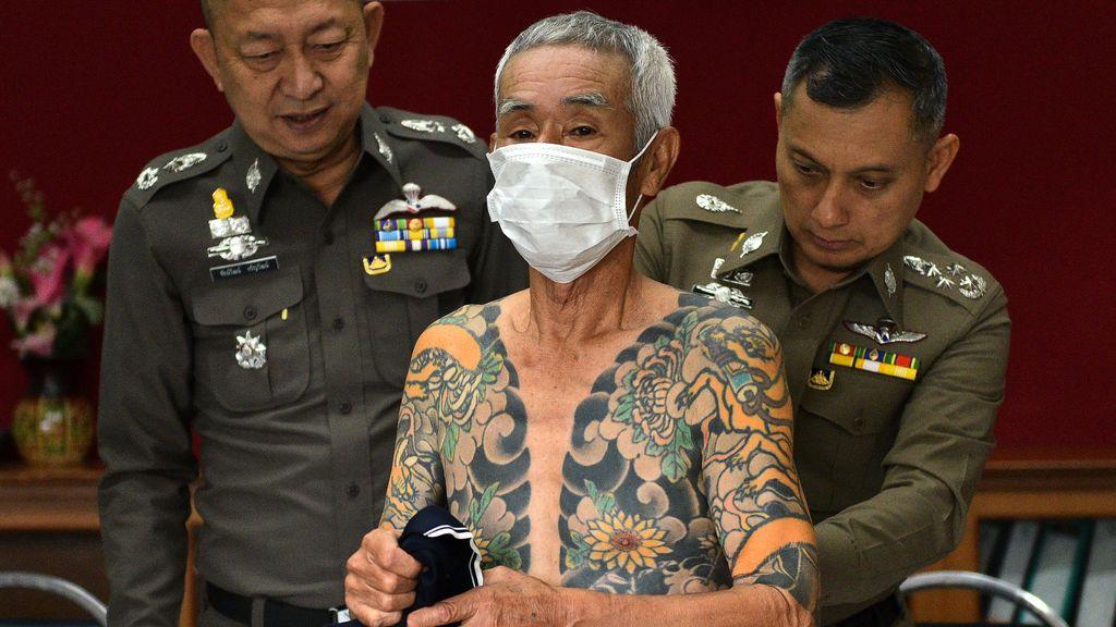 Shigeharu Shirai (C), un japonés de 74 años acusado de un asesinato de pandillas en Japón hace 15 años asiste a una conferencia de prensa en una estación de policía, después de ser detenido por la policía en la provincia de Lopburi, Tailandia