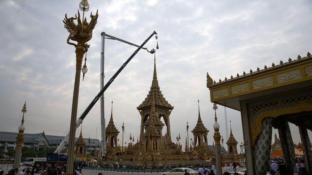 El gran paraguas blanco de nueve niveles del Estado fue retirado del crematorio real del difunto rey de Tailandia Bhumibol Adulyadej durante su desmantelamiento cerca del Gran Palacio en Bangkok, Tailandia