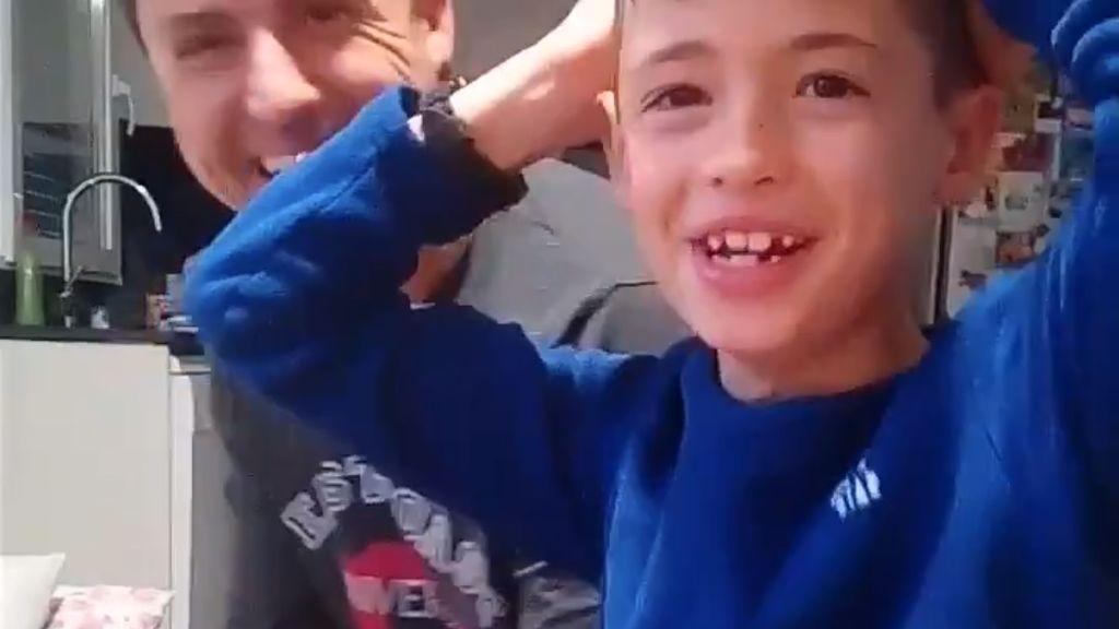 ¡Felicidad en estado puro! La emoción de un niño al recibir el carné de socio del Valencia