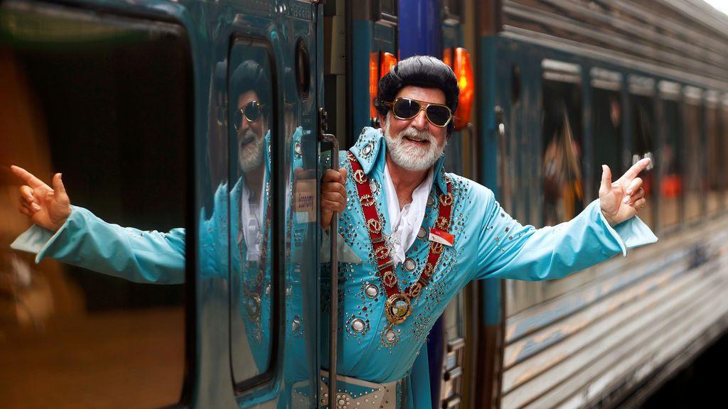 El imitador de Elvis Presley y alcalde de la ciudad de Parkes, Ken Keith, está a bordo del tren Elvis Express en la estación central de Sydney antes de partir para el 26º Festival anual de Elvis que se celebra en Parkes, Nueva Gales del Sur, Australia