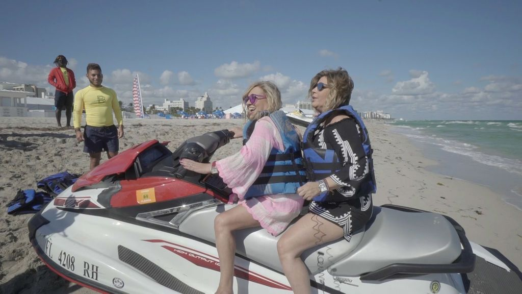 Terelu y Carmen Borrego en moto de agua.
