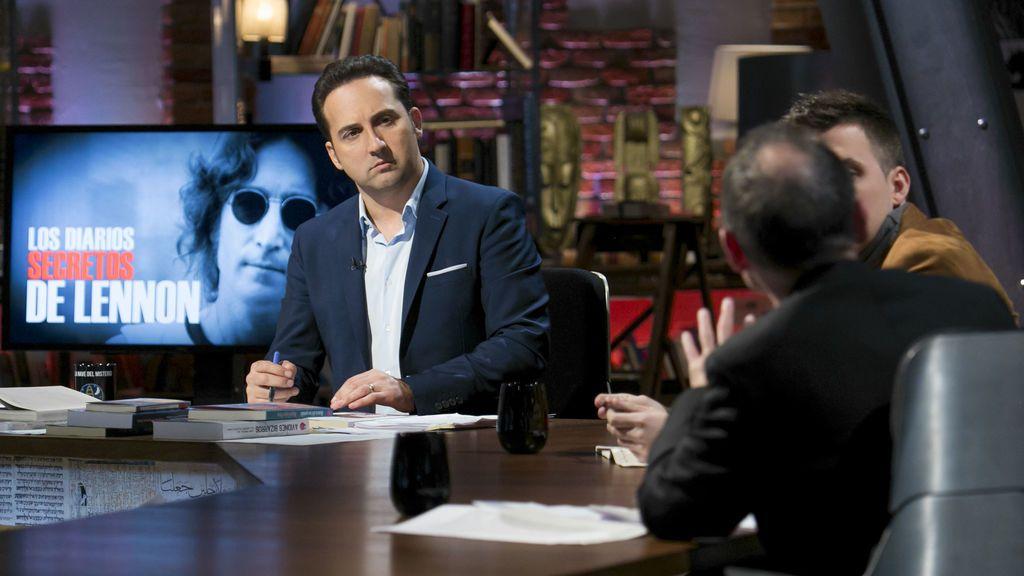 Iker Jiménez junto a los expertos invitados, en el especial de John Lennon de 'Cuarto milenio'.