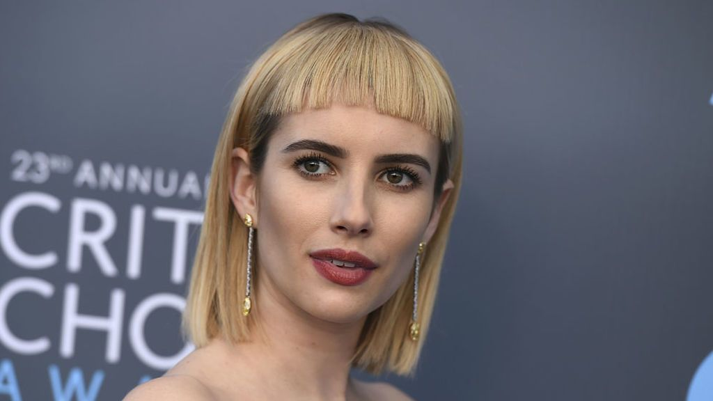 Flequillo-impacto: analizamos el look ochentero de Emma Roberts en los Critic's Choice Awards
