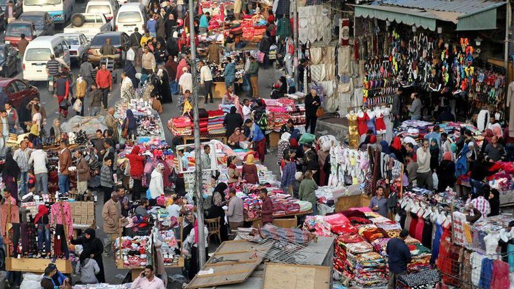 Plaza de El Cairo repleta de comerciantes y vendedores donde tiene lugar el conocido mercado egipcio de Al Ataba