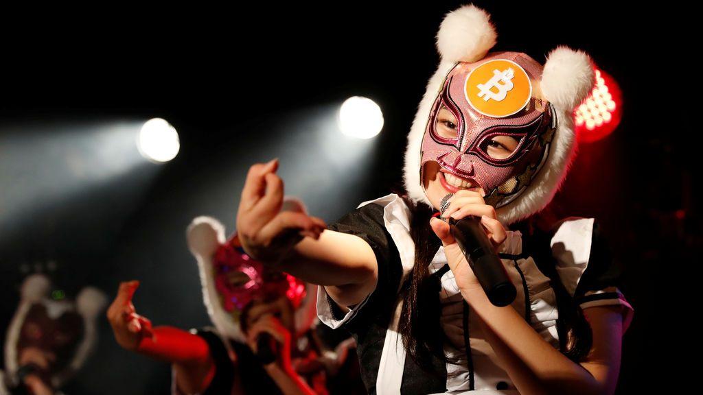 """Los miembros del grupo ídolo de Japón """"Niñas de la Moneda Virtual"""", que llevan máscaras con temas de criptomonedas, actúan en su evento de la etapa de debut en Tokio, Japón"""