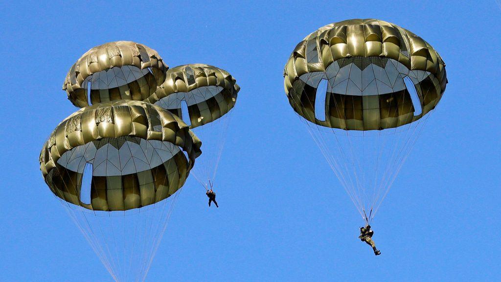 Miembros de la 1ª Brigada Aerotransportada de la 1ª Brigada Aérea de la Fuerza de Autodefensa de Japón realizan un ejercicio militar anual en el campo de ejercicio Narashino en Funabashi, al este de Tokio, Japón