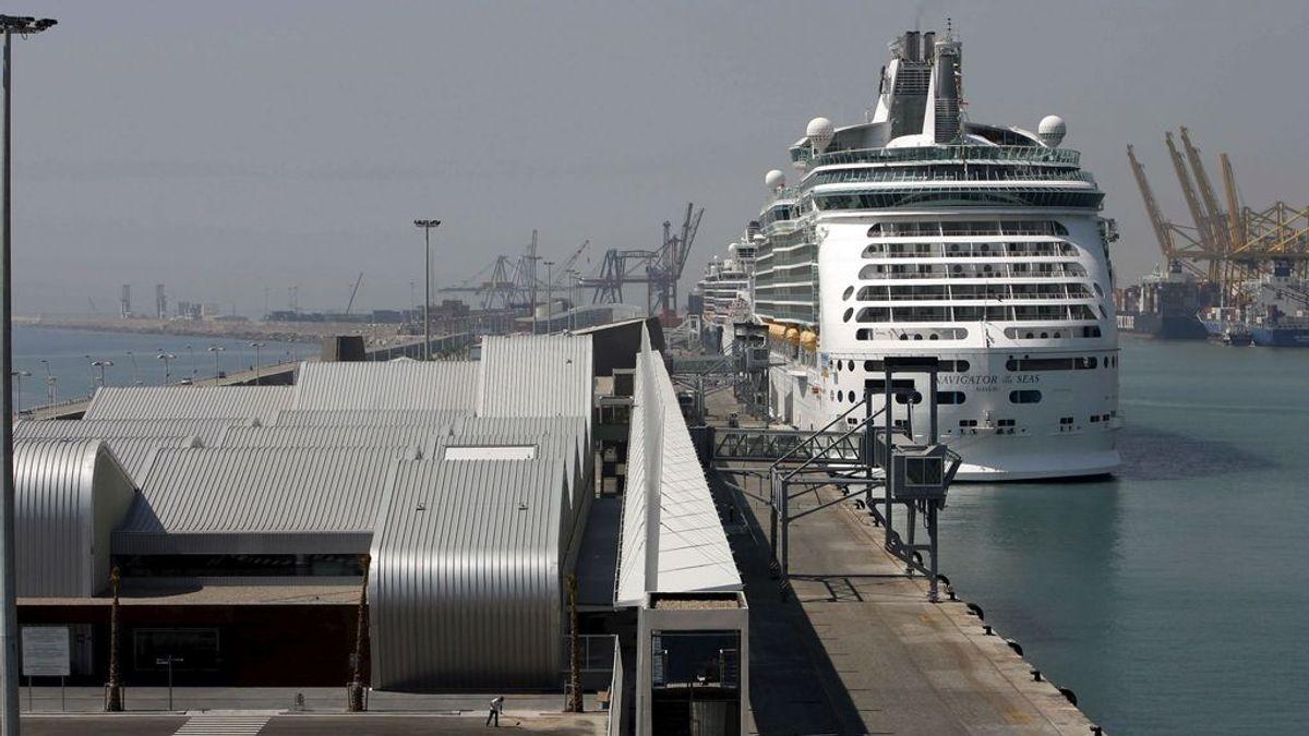 Un crucero y un ferry chocan en el Puerto de Barcelona durante una maniobra para atracar