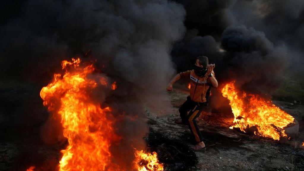 Manifestante palestino tirando piedras al ejército israelí durante uno de los enfrentamientos al este de Gaza