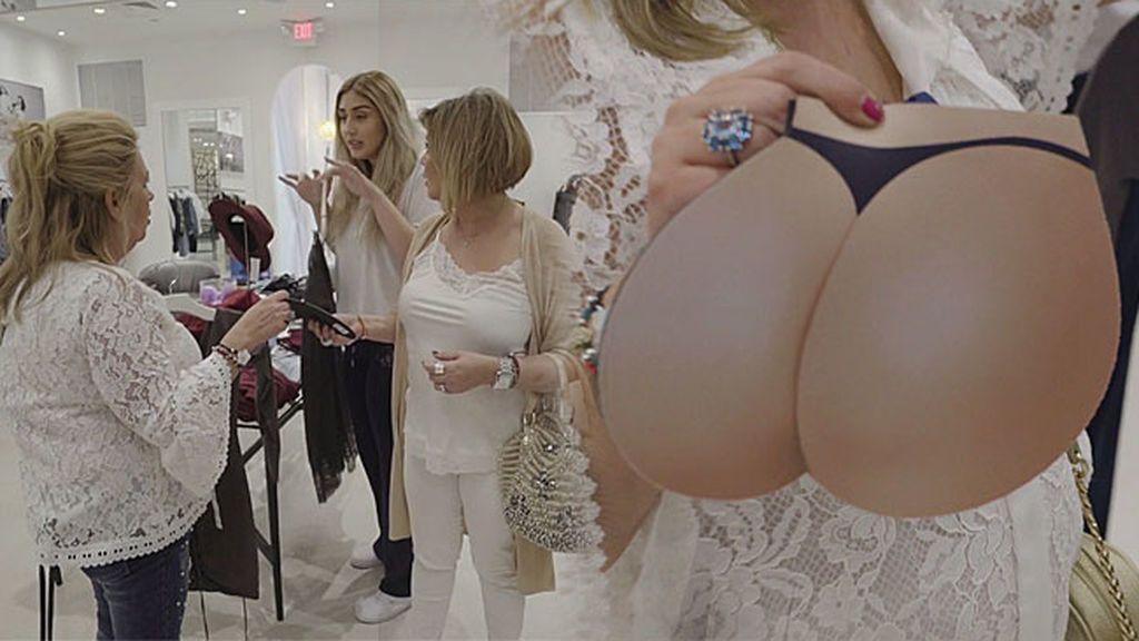 Carmen y Terelu, más Kardashian que nunca: Visitan su tienda y confunden una alfombrilla con un culo postizo