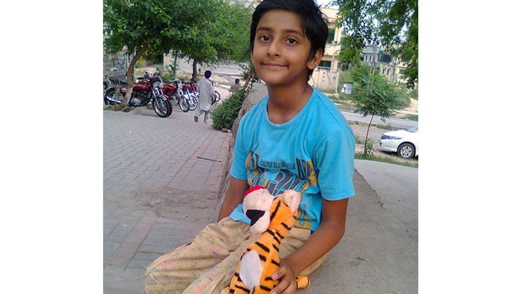 Jonathan, niño cristiano en Pakistán, pide asilo en España para poder ser operado y extraerle metralla de la cabeza