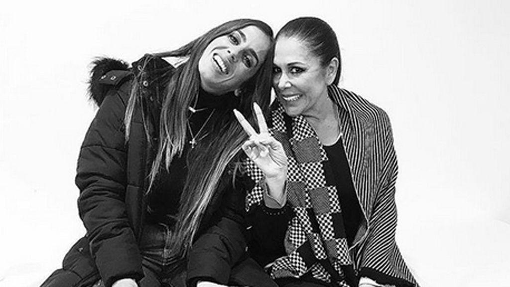 Anabel Pantoja, contesta a la polémica de Cantora, posando junto a su tía