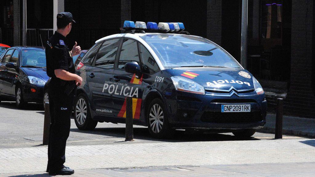 Una mujer acude a la Policía en pijama seguida por su expareja con un cuchillo y gritando 'te mato'