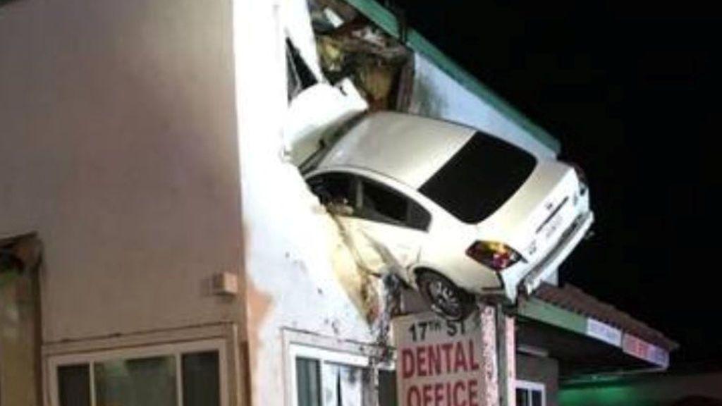 Perdió el control del coche y se estrelló contra el segundo piso de un edificio