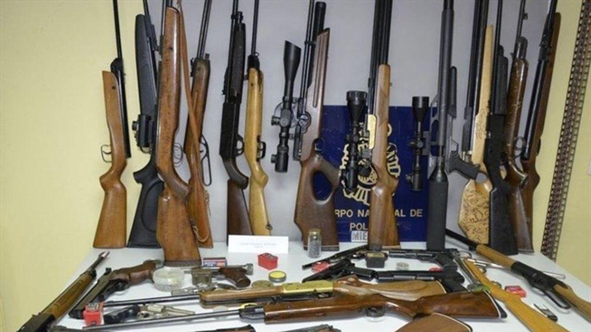 Detenido un vecino de Mieres denunciado por violencia de género con un arsenal de armas