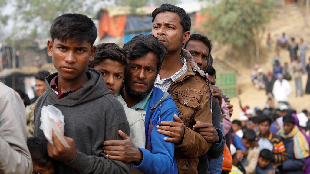 Los refugiados rohingya se alinean para la distribución diaria de artículos esenciales en el campamento de Balukhali, cerca de Cox's Bazar