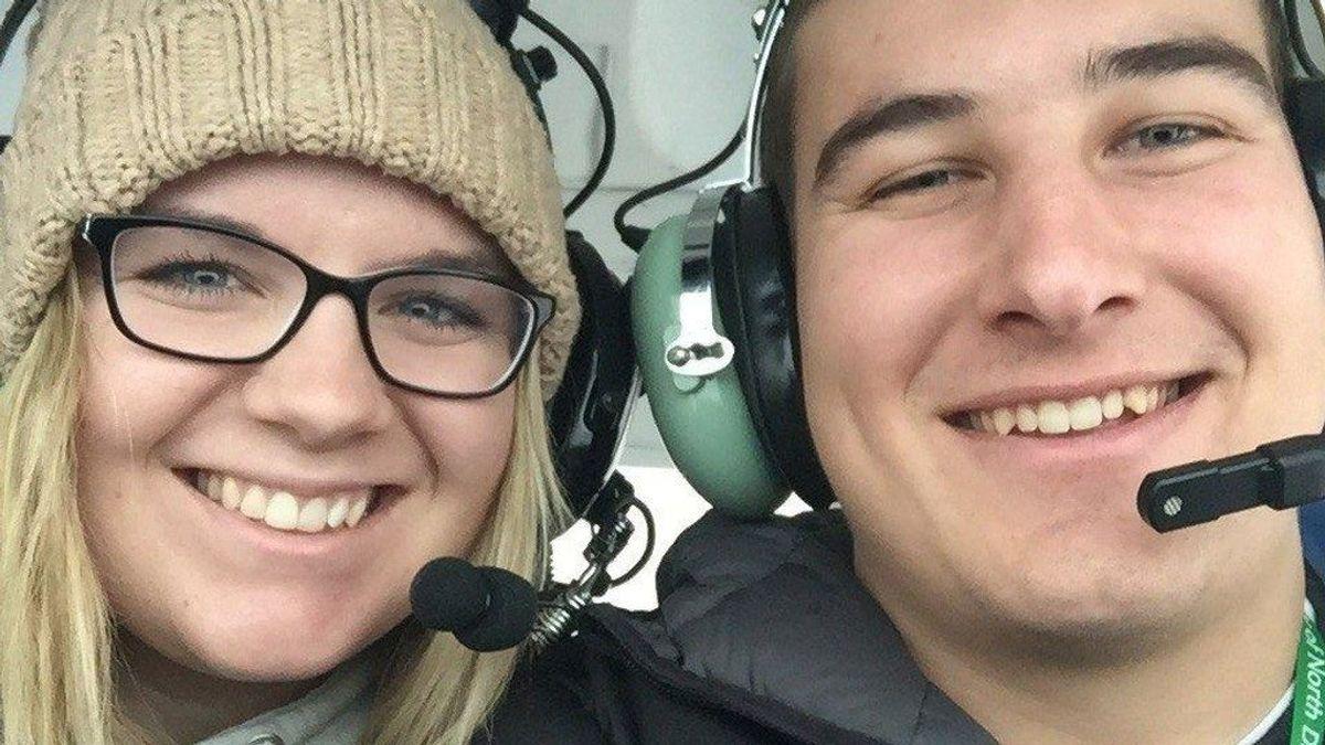 La espectacular pedida de mano de un estudiante a su novia desde un avión