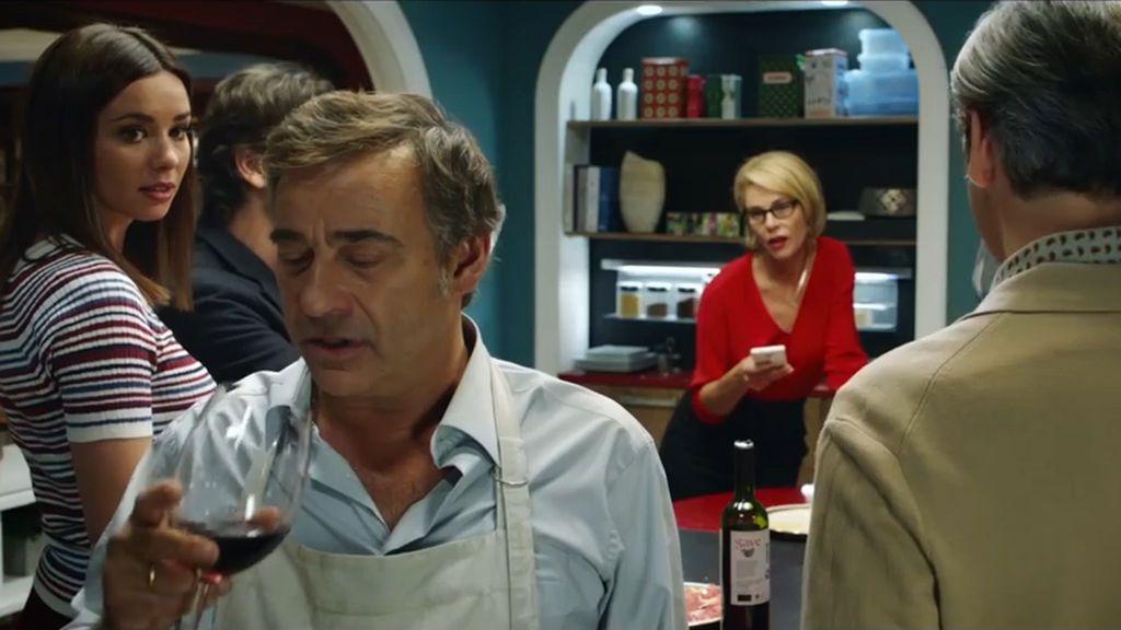 Dafne Fernández, Eduard Fernández, Belén Rueda y Ernesto Alterio (de espaldas) en 'Perfectos desconocidos'.
