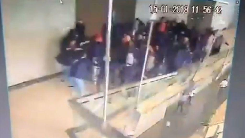 Se desploma un piso del edificio de la Bolsa en Yakarta: Más de 70 heridos