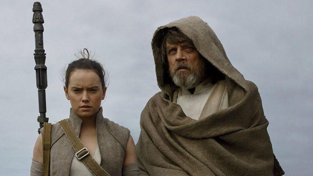 Daisy Ridley y Mark Hamill, que interpretan a Rey y a Luke Skywalker en 'Star wars', en el 'Episodio VIII' de la saga, titulado 'Los últimos Jedi'.