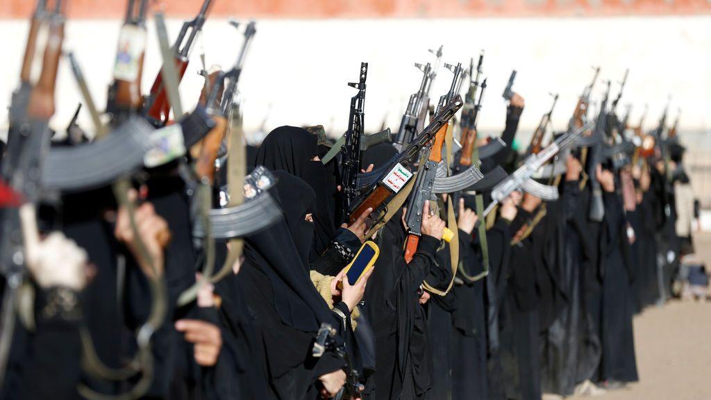 Una mujer leal al régimen Houthi usa el móvil en una concentración armada de mujeres para apoyar dicho movimiento en Sanaa, Yemen.