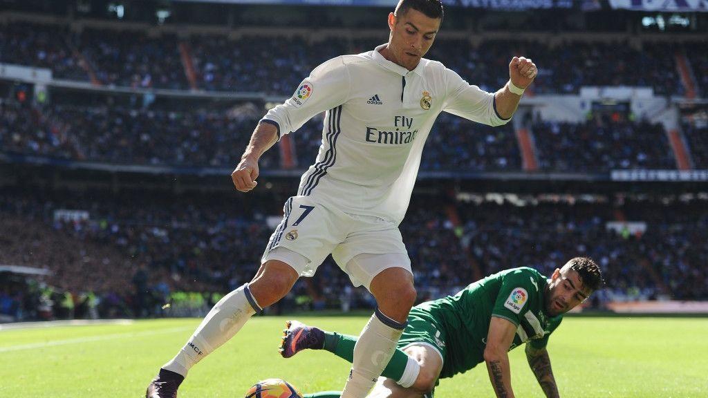 Cristiano Ronaldo, jugador del Real Madrid, y Diego Rico, jugador del Leganés, pugnan por el balón durante el choque de la temporada 2016/2017 disputado entre ambos equipos en el Santiago Bernabéu.