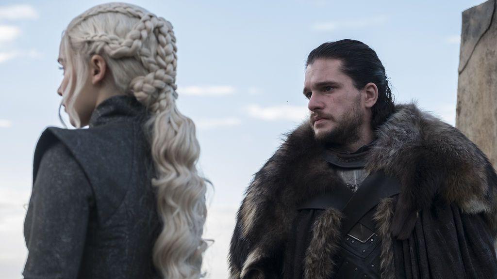 Emilia Clarke y Kit Harington, que interpretan a Daenerys Targaryen y Jon Snow en 'Juego de tronos', en un capítulo de la séptima temporada.