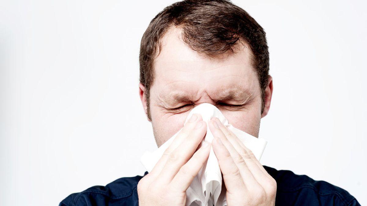 Un hombre se rompe la garganta al tratar de contener un estornudo