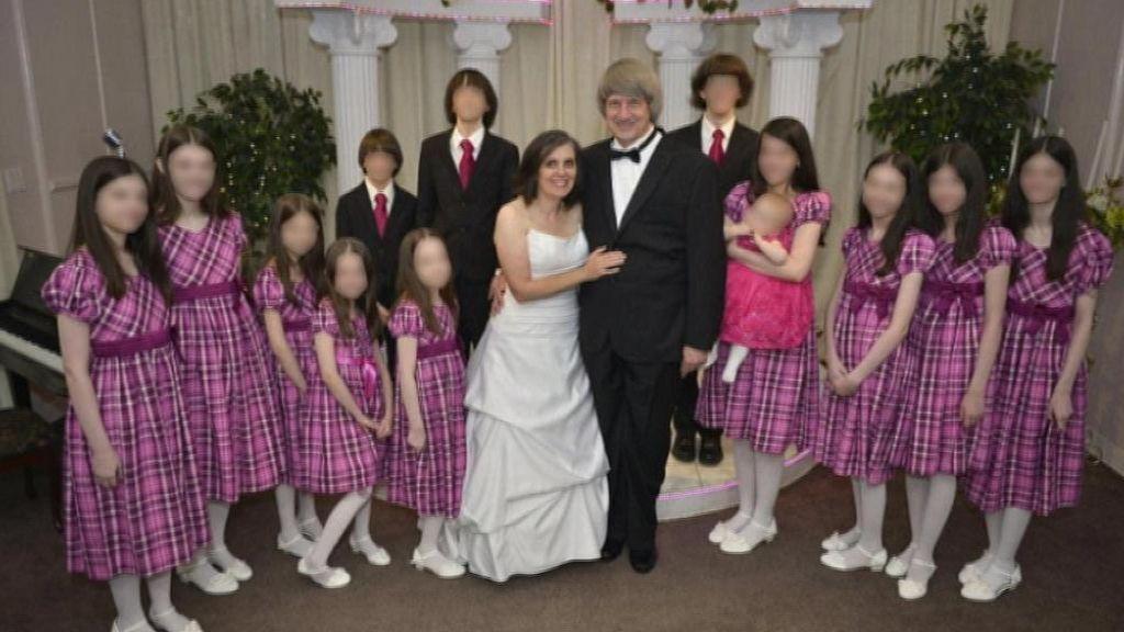 Hallan a los 13 hijos de un matrimonio de California encadenados a las camas y desnutridos