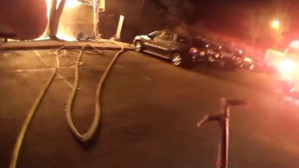 Atrapa al vuelo a una niña lanzada desde el balcón de un apartamento en llamas