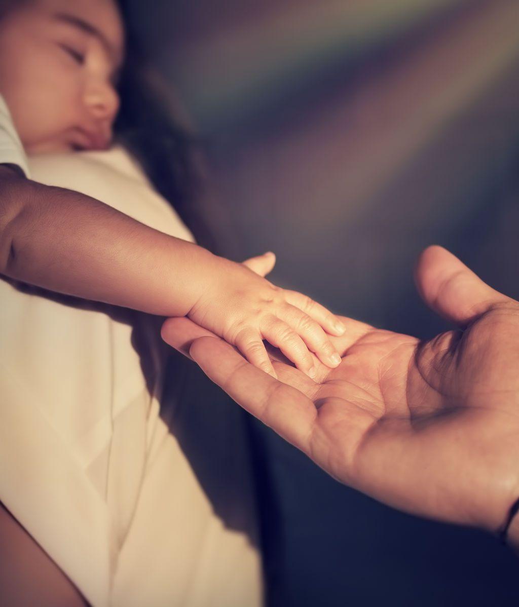 Intercambiados al nacer: un error en un hospital dio a dos familias el bebé equivocado