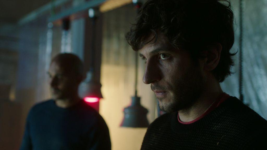 Julián descubre los dos cadáveres que José y Juan llevan en el maletero
