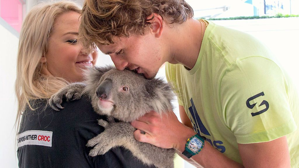 Alexander Zverev se encuentra con un koala durante un evento promocional del torneo de tenis abierto de Australia en Melbourne Park, Melbourne, Australia