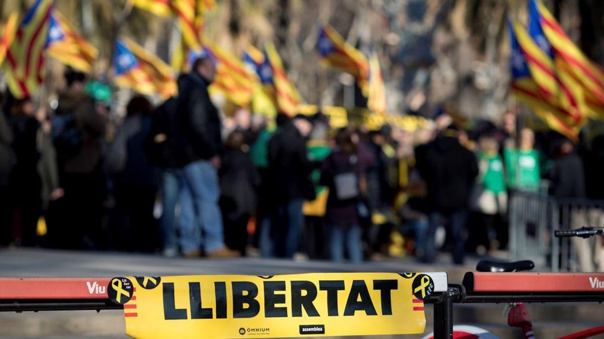 Cientos de personas se concentran a las puertas del Parlament para seguir su constitución