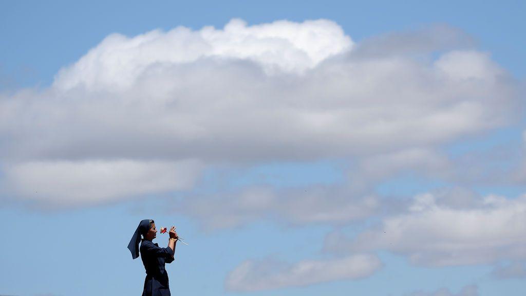 Una monja toma una foto después de que el Papa Francisco se haya marchado tras oficiar una misa en la base aérea de Maquehue Temuco, en Chile.