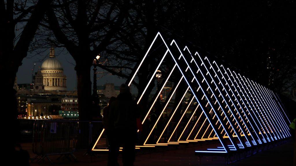 Los visitantes de South Bank observan The Wave, de Vértigo, una de las varias instalaciones ligeras que se realizan alrededor de la capital y que juntas forman el festival Lumiere London, en Londres, Reino Unido.