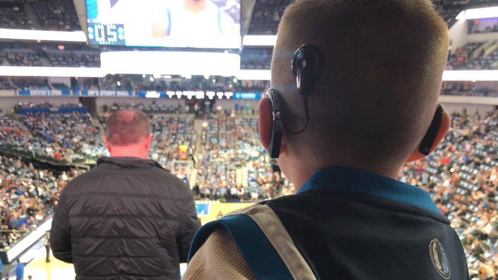 La reacción de un niño de cuatro años al escuchar por primera vez música en directo en un partido de baloncesto