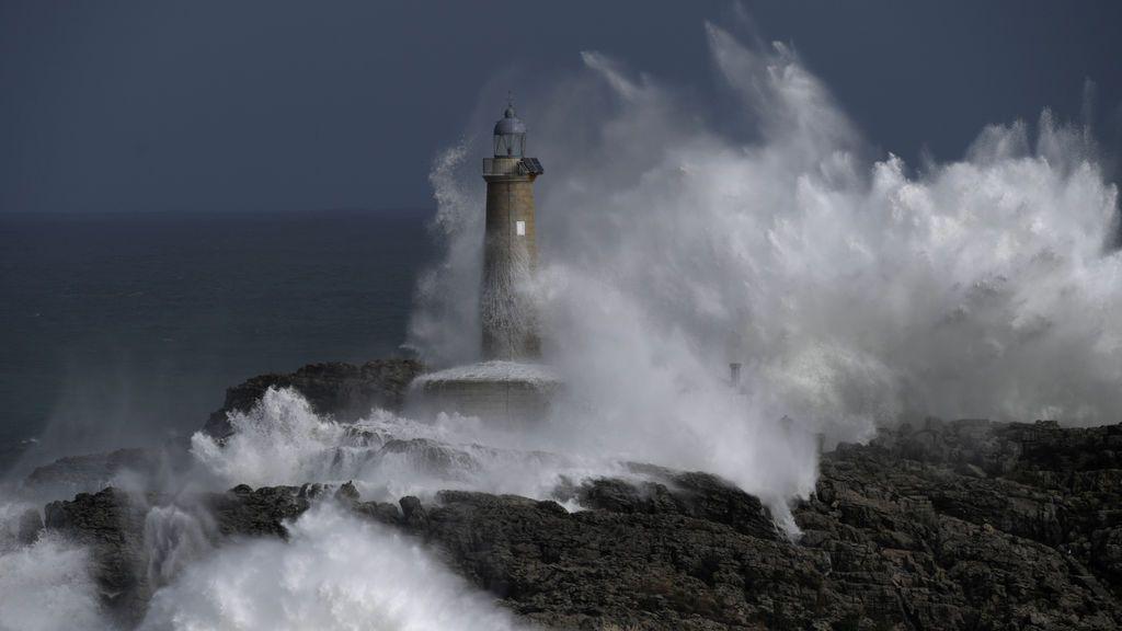Grandes olas impactan con el faro de La Isla del Mouro en Santander, España.